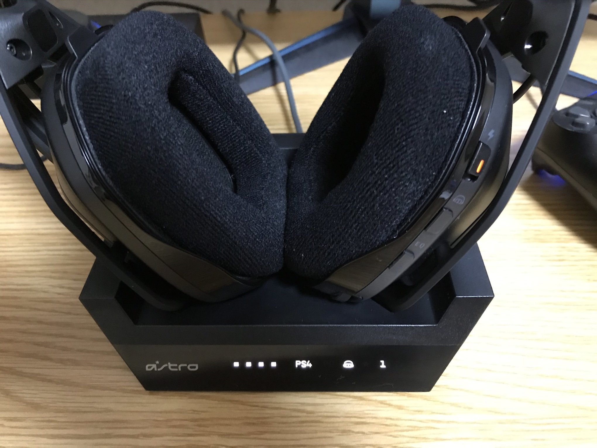 ASTRO A50 WIRELESS + BASE STATION充電中